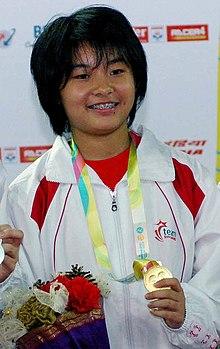 Li mit Goldmedaille bei der Medaillenzeremonie der Commonwealth Youth Games 2008