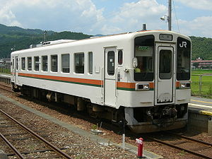 KiHa 11 - KiHa 11-111 at Ieki Station, July 2006