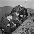 Jongens bezig met het herstellen van schoenen, Bestanddeelnr 900-9834.jpg