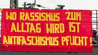"""Foto: Wikimedia Commons (""""Wo Rassismus zum Alltag wird, ist Antifaschismus Pflicht!"""")"""