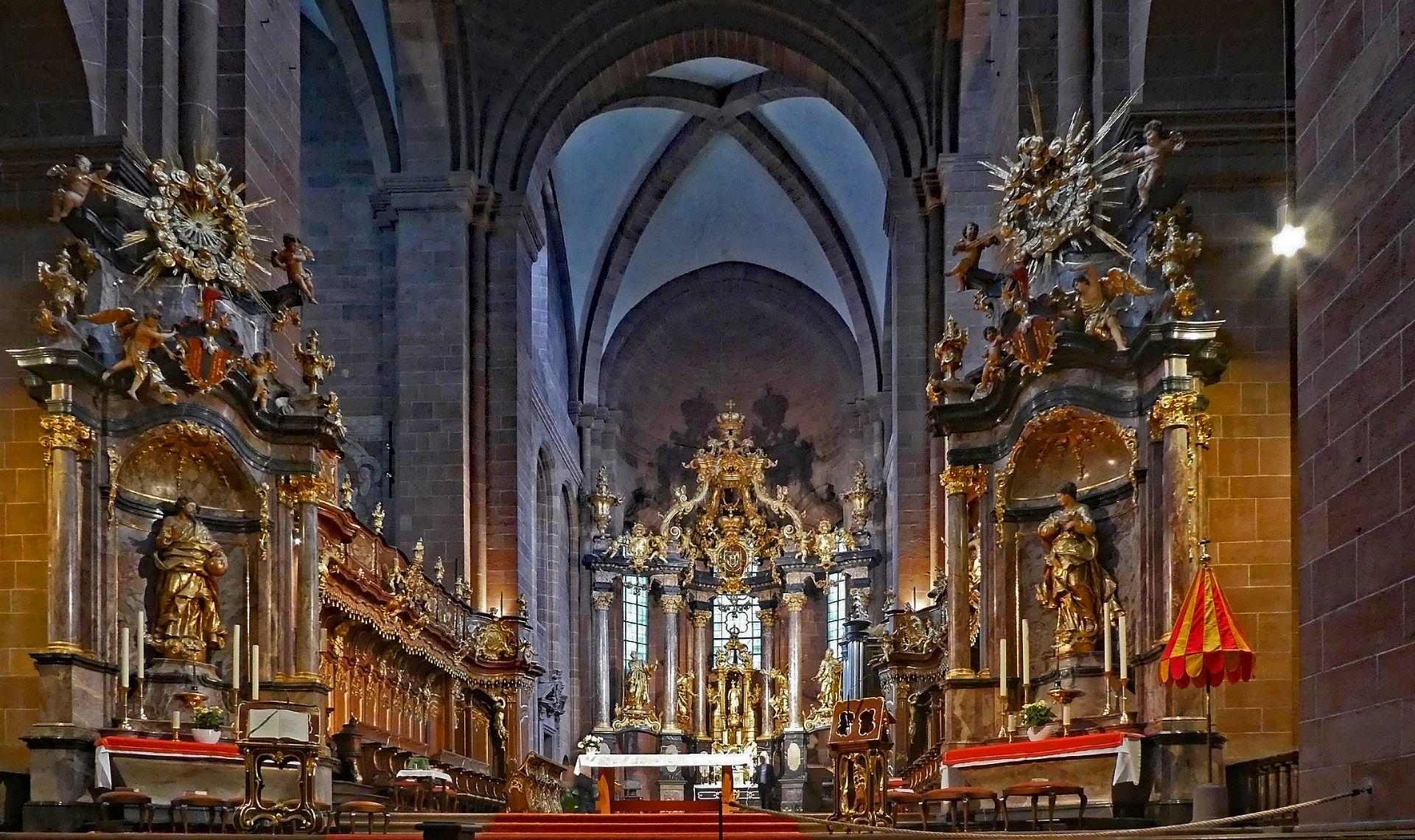 Katholischer Dom St. Peter Altarraum.jpg
