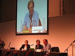 Nicholas Negroponte en el lanzamiento del XO