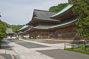 Kenchō-ji - From right to left the junipers, the Butsuden, the Hattō, the Karamon and the two buildings composing the Hojō