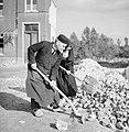 Koster en moeder overste helpen met het ruimen van bouwafval, Bestanddeelnr 191-1175.jpg
