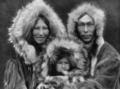 La Familia Inupiat de Noatak, Alaska, 1929.png