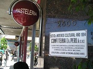 Litto Nebbia - A municipal plaque commemorates the importance of the La Perla del Once café in the development of Argentine rock