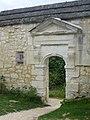 La porte donnant accés à l'enclos de Notre-dame de Liesse.jpg