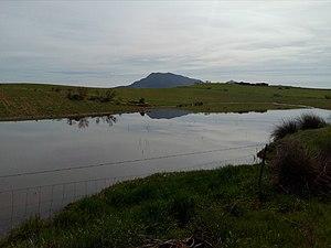 Laguna frente a la Sierra de Hornachos.jpg