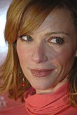 Lauren Holly, souriante.