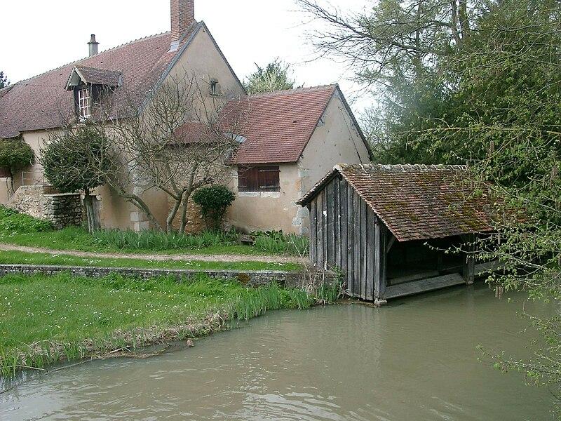File:Lavoir riviere neuve Chery.jpg