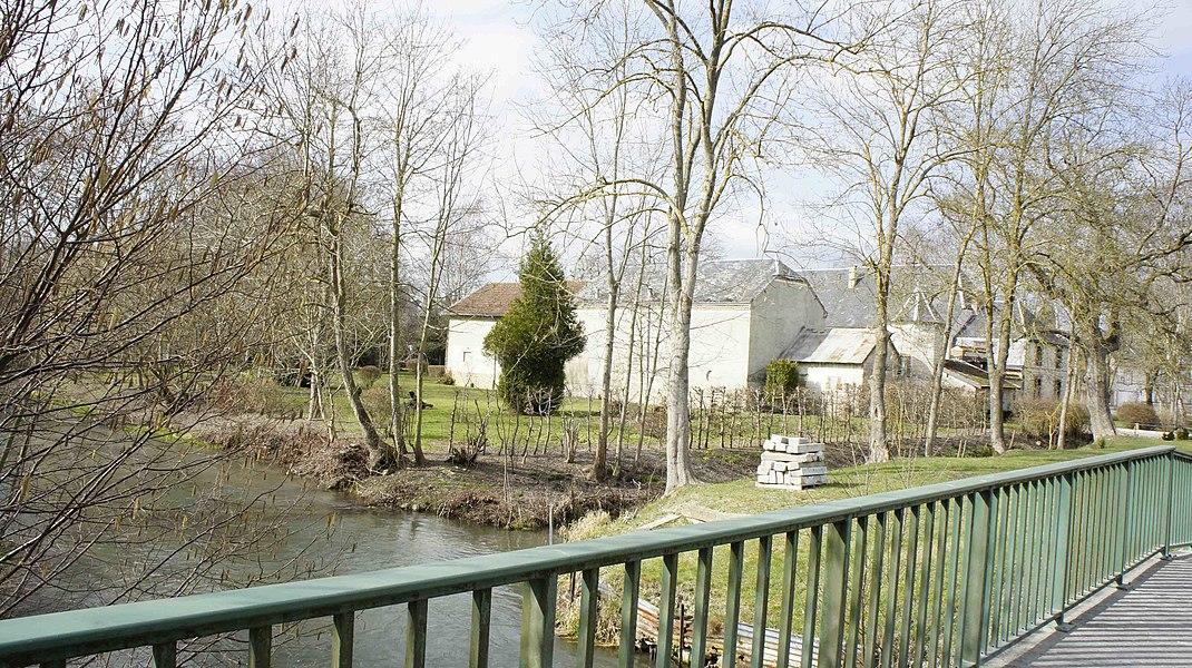 Le Retourne à Roizy. Sur la droite le château qui a encore son fossé noyée par le Retourne.