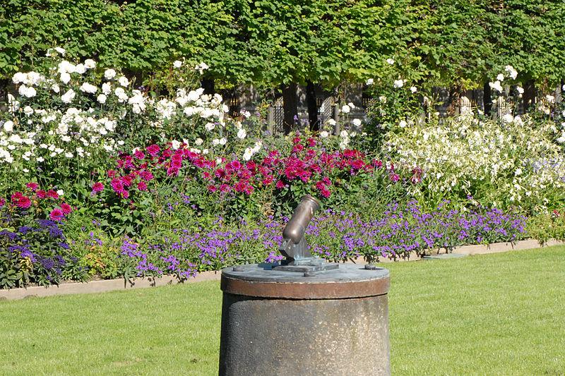File:Le petit canon du jardin du Palais Royal à Paris (4952586234).jpg