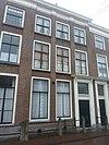 foto van Pand met bakstenen gevel met pilasters en rechte kroonlijst, deuromlijsting. Hardstenen stoep met palen