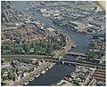 Luchtfoto van het Spaarne met Figee, bouwbedrijf van havenkranen. NL-HlmNHA 54036945.JPG