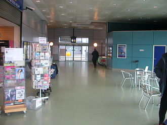 Luton Airport Parkway railway station - Intermediate-level concourse adjacent to Platform 4