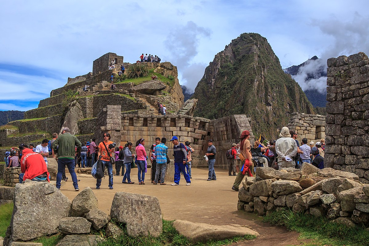 MACHU PICCHU…the crowds thicken (8444726823).jpg