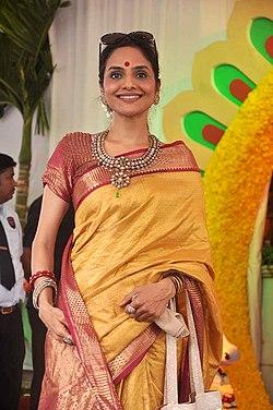 Madhoo at Esha Deol's wedding at ISCKON temple 18.jpg