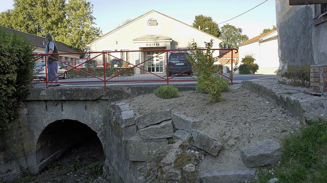 Mairie et ruisseau à la Veuve