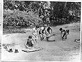 Manschappen wassen hun kleren en schoeisel in een beek, Bestanddeelnr 935-3352.jpg