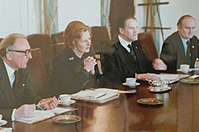 Thatcher fotografado sentado com seus ministros