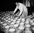 Melkfabriek man vult de melkbussen, Bestanddeelnr 252-9448.jpg