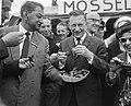 Minister J. G. Suurhoff opende nieuwe haven te Ierseke, minister Suurhoff eet mo, Bestanddeelnr 917-9676.jpg