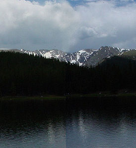 Mount Evans, davor der Echo Lake
