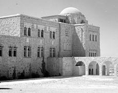 בניין בית הספרים הלאומי והאוניברסיטאי (בית וולפסון) באוניברסיטה העברית על הר הצופים לפני מלחמת העצמאות