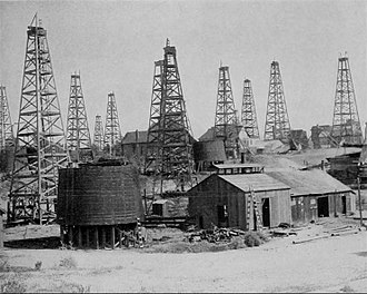 Economy of the United States - Oil wells at Los Angeles, California, 1905
