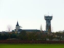 Neuville-de-Poitou église et château d'eau.JPG