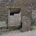Noordoostelijke toren, oostgevel, voet met gedeeltelijk dichtgemetseld kelderraam - Nederhemert-Zuid - 20340525 - RCE.jpg