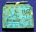 Nuovo regno, pettorale con anubi e offerente, in faience, 1550-1069 ac ca. 02.jpg