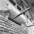 Opengehakte steunen waarin bij de restauratie in 1955 beton is gestort - Oudshoorn - 20180524 - RCE.jpg