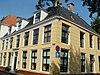 foto van Zeven traveeën breed woonhuis met verdieping onder schilddak en drie dakkapellen