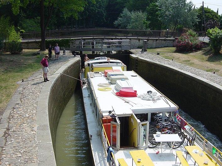 Péniche Le Tourville écluse de l Aiguille Canal-du-Midi.JPG