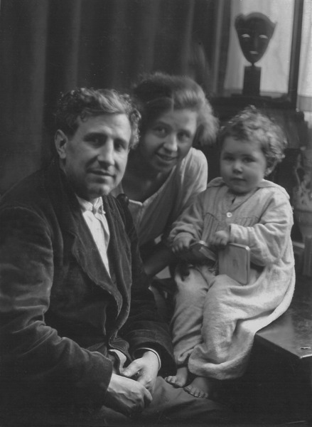 File:Pablo, Magali et Pierrette Gargallo, 1924, 13 rue Dohis, Vincennes © Archives P. Gargallo.tiff