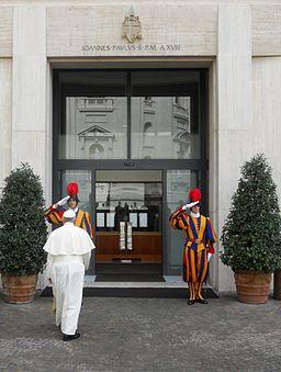 Papa Francesco entra nella Domus Sanctae Marthae