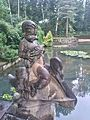 """Park Zdrojowy w Połczynie-Zdroju. """"Chłopiec z rybą"""" - rzeźba-wodotrysk przy amfiteatrze.jpg"""