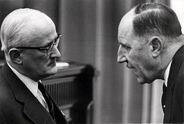 Patijn (links) in gesprek met Minister Luns in 1966.