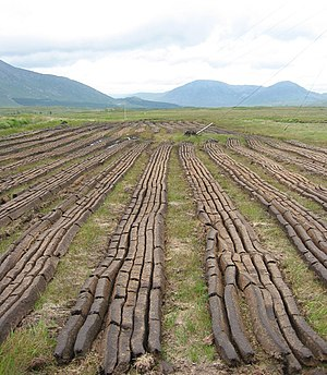 Maumturks - Image: Peat cutting near Loch an Imligh geograph.org.uk 199807