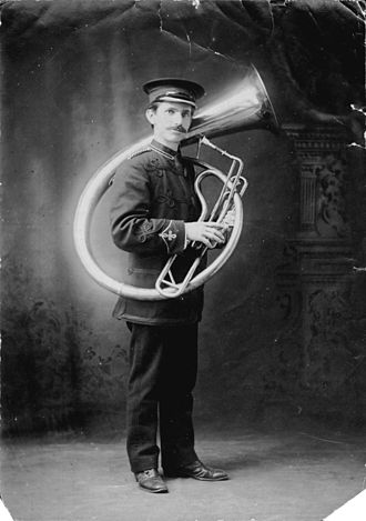 Helicon (instrument) - Image: Philip Timms Helicon E flat bass 1909 18552