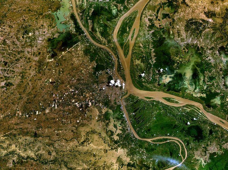 File:Phnom Penh 104.91726E 11.56485N.jpg