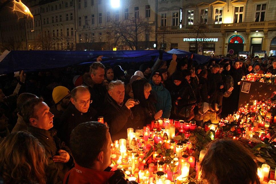 Pietní shromáždění na Václavském náměstí při příležitosti úmrtí Václava Havla v roce 2011 (15)