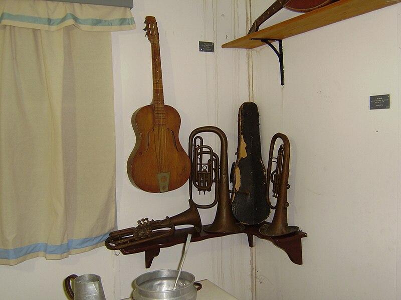 כלי נגינה בחדר אוכל