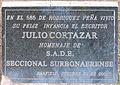 Placa en conmemoración a Julio Cortázar en la Plaza Alfredo De Angelis de Banfield, Argentina.jpg