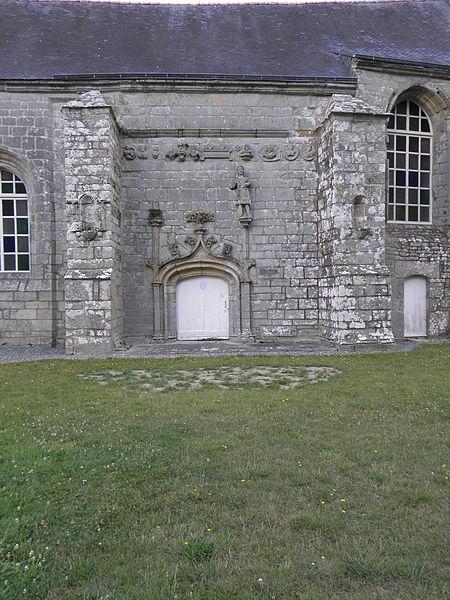 Chapelle Notre-Dame-des-Fleurs en Plouay (56). Porte de la costale sud de la nef et sa frise sculptée.