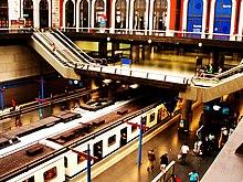 Схема метро Мадрида подробно описывает 12 действующих линий и 300 станций.  Метрополитен Мадрида имеет 2 кольцевые...