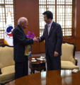 Professor John Curtis Perry meeting with the Minister of Foreign Affairs of Korea Yun Byung-se in 2015.png