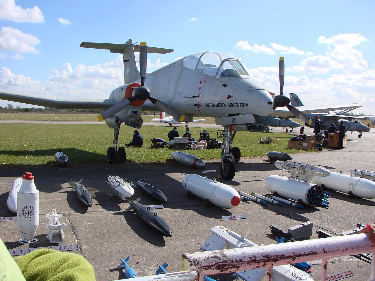الوداع المؤجل - A-10 Thunderbolt II 1280px-Pucara_armamento_picture