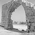 Ramle Kijkje door een poort op het terrein van de Witte Moskee met zicht op een, Bestanddeelnr 255-3865.jpg